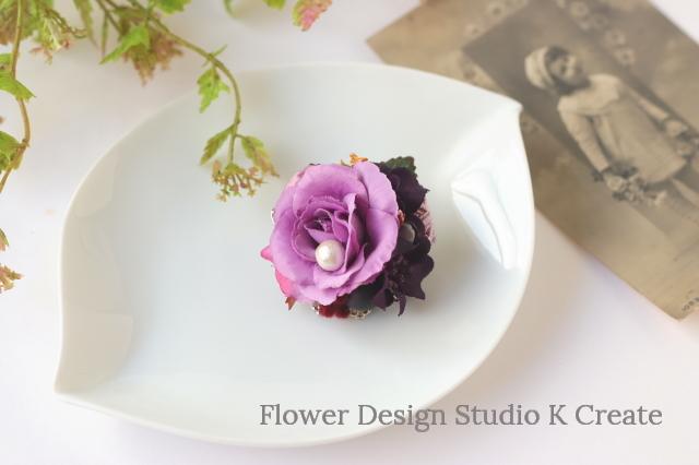 ラベンダーピンクの薔薇とダークパープルのお花のプチ・ブローチ