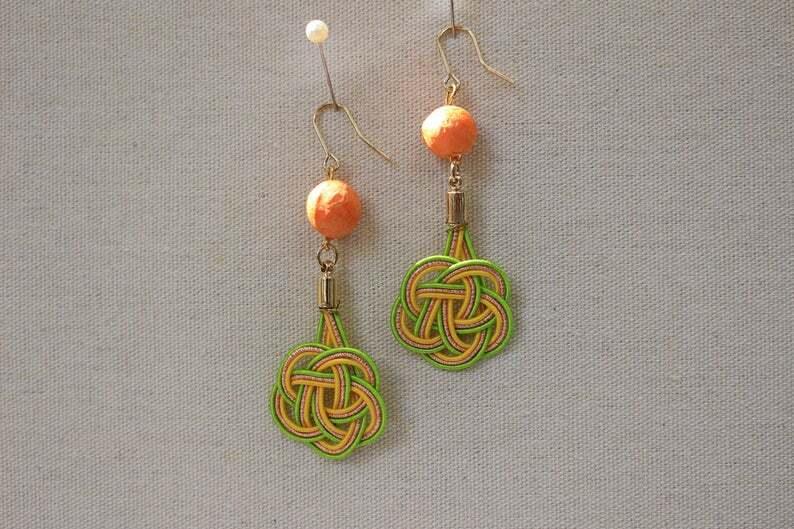 オレンジ色和紙玉とイエローグリーン色梅水引結びピアス