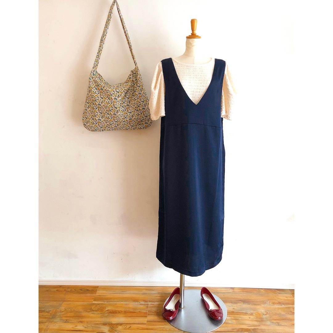 シンプルなサテンジャンパースカート