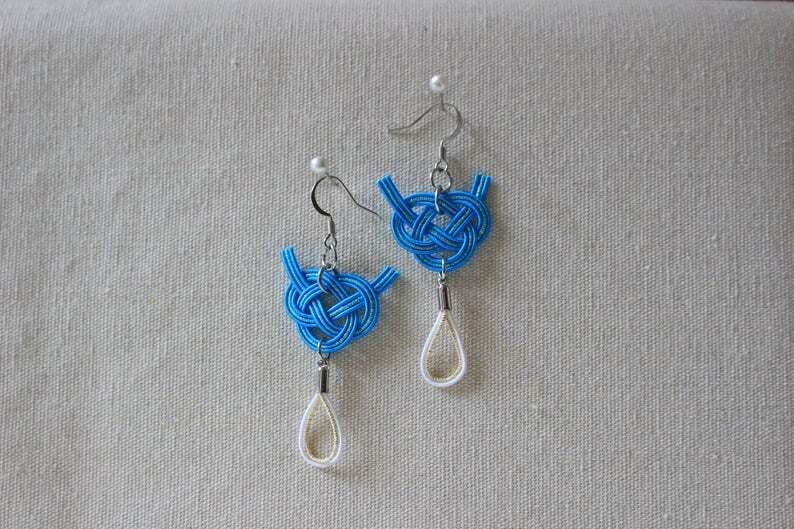 青と白色あわじ水引結びと水引タッセルのピアス