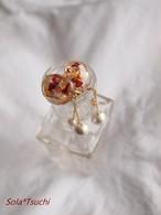 赤花と、パールが揺れるイヤリング