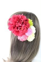 赤のダリア、ピンクのマム、小花の髪飾り