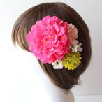 ホットピンクのダリア、マム、小花の髪飾り