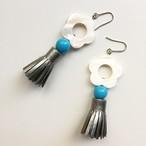 スエードタッセルとシェルフラワーのピアス - Turquoise Blue-