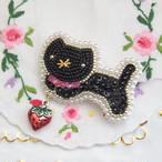 【2/25 22:00-】黒猫ちゃん ブローチ いちごゆらゆら