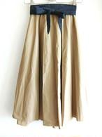カーキベージュのミモレ丈スカート