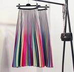 ストライプでカラフルなデザインのプリーツスカート
