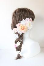 サーモンピンクと薄ピンクのバラ、アジサイ、かすみ草の髪飾り