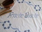 【ランドリールーム】お洗濯部屋のタペストリー 青いお花とドイツ語の手刺繍  /ヴィンテージ・ドイツ カフェカーテン