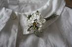 バラ蕾とマーガレットと白い小花の布花ブローチB