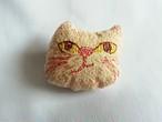 (OBR002)刺繍ブローチ 猫顔型(ピンク&イエローアイ)