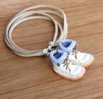 小さな革ブーツのネックレス|スノーホワイト裏地付