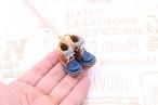 小さな革ブーツのネックレス|チョコ×ネイビー