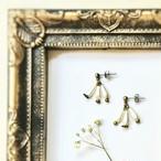 乳白色のフランスビンテージスフレビーズの耳飾り 『三日月』