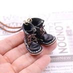 小さな革ブーツのネックレス|ブラック