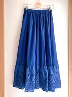 裾パンチングレースのロングスカート ブルー