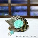 青花と小さな蝶のコサージュピン  ブルー系