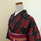 本場大島紬 黒地に蝶の柄 袷の着物