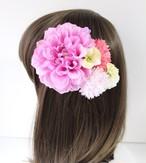 ピンクのダリア、ピンクのマム、黄色の小花の髪飾り