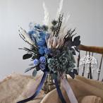 【オーダーメイド】バラ、紫陽花、スモークツリー、キングプロテア プリザーブドフラワー&ドライフラワーのクラッチブーケ 渋いかっこいいブルー系