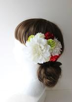 白のダリア、赤と緑マムの髪飾り