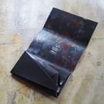漆黒から垣間見る虹色の雫が危なさを演出。<所作・長財布>
