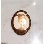 象牙色の樹脂に金彩蒔絵、岩場に立つ山羊の変形楕円ブローチ