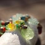 ウランガラスおはじきと珊瑚のペンダント