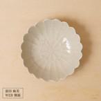 36[前田 麻美 個展]灰琥珀釉菊4寸鉢