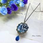 青灰色のバラのネックレス