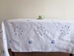 【織り模様と青刺繍】大判サイズのダマスク織の生地と青いお花の手刺繍  テーブルクロス /ヴィンテージ・ドイツ