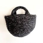 黒、茶色、白いウエーブなどの糸で編んだコロンとしたちょっと小さめしっかりトート
