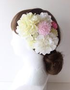 白のダリア、ピンクのマムの髪飾り