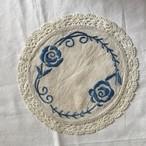 青い花の刺繍の布