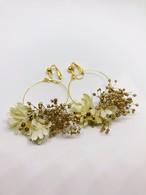 かすみ草と布花の耳飾り