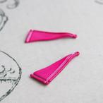 ヴィンテージ ヴィヴィッドなピンクの三角エナメルチャーム(2コ)