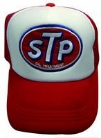 STPのワッペンがついたメッシュキャップ