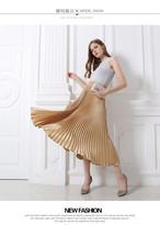 フワッと広がる柔らかで光沢のあるシルキーなプリーツロングスカート
