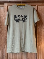 BSKK × GRINDLODGE CAR Tee(Front Print) OLIVE