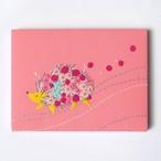 手刺繍ファブリックパネル「花まとうハリネズミ」ピンク インテリア 刺繍絵