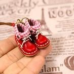 小さな革ブーツのネックレス|ストロベリー裏地付