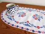 【メープルローズ色のお花】水色とメープルローズ色のお花の手刺繍 オーバル型テーブルマット/ヴィンテージ・ドイツ