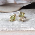 原石のグリーンガーネットとダイヤモンドクォーツのピアス
