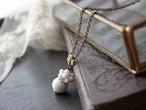 レトロな白。花のような実のような、ころんと愛らしいネックレス。ヴィンテージ style