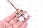 小さな革サボシューズのネックレス|スノーホワイト