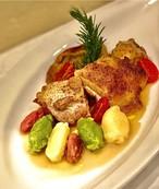 国産若鶏のポタッキオ(マルケ風白ワイン煮込み)三色のニョッキ(じゃがいも、ビーツ、スイスチャード)添え