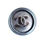 【VINTAGE CHANEL BUTTON】グレー 蝶貝 シルバーココマークボタン 1.6cm