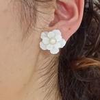 大ぶりの白い花ピアス&イヤリング