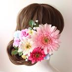 ピンクのガーベラ、ミニバラ、かすみ草の髪飾り