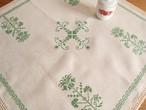 【グリーンの世界】無漂白生地に緑色の手刺繍と手編みレース 小ぶりなテーブルクロス /ヴィンテージ・ドイツ